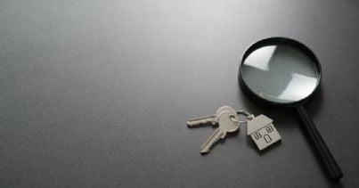 chiavi di casa con lente