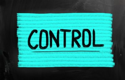 parola controllo su sfondo azzurro