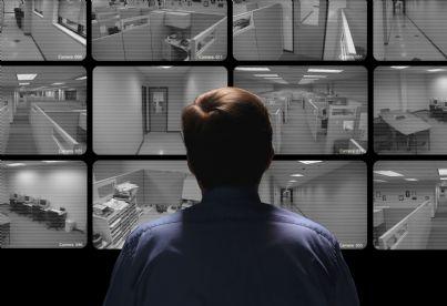 capo che controlla con monitor tutti punti azienda