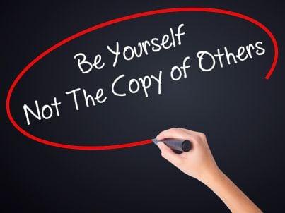 frase che invita a differenziarsi dagli altri e non copiare