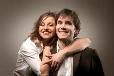 coppia sorridente che si abbraccia