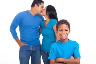 coppia che si bacia davanti al figlio