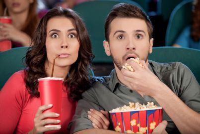 coppia che guarda film emozionante mangiando popcorn