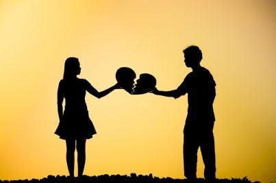 coppia che avvicina cuore spezzato concetto separazione