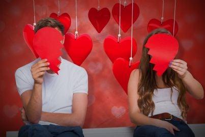 uomo e donna con cuori che coprono i volti concetto divorzio