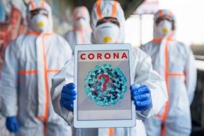 operatori in tuta contro coronavirus