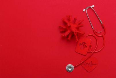 coronavirus e stetoscopio su sfondo rosso