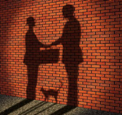 due uomini con valigetta scambiano soldi concetto corruzione