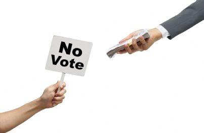 mano che da soldi in cambio di voto concetto corruzione