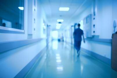 infermiere che cammina in una corsia di ospedale