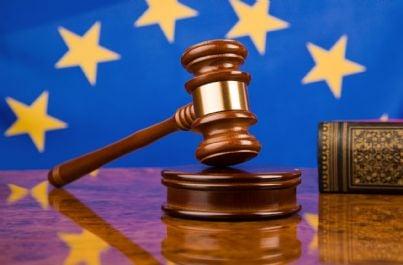 Simbolo dell'Europa con davanti un martello da giudice