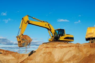 gru che scava in cantiere
