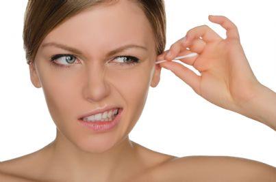 donna pulisce orecchie con cotton fioc
