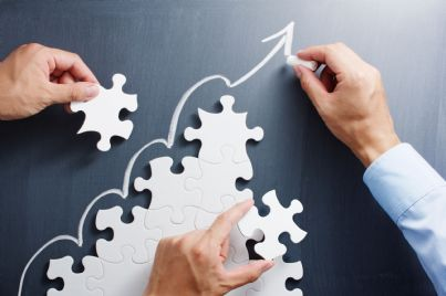 puzzle che indica crescita business con freccia in alto