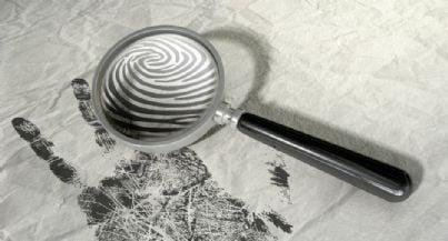 lente con impronte per indagine criminologica