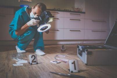 esperto forense su scena del crimine