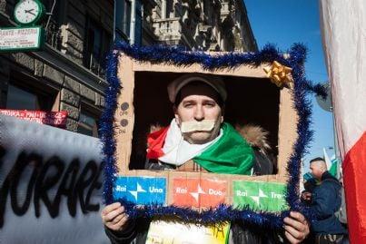 manifestante che fa critica politica durante sciopero