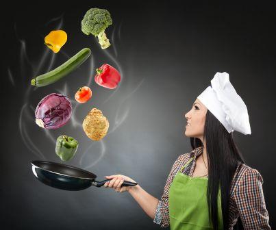 donna con padella per cucina vegana