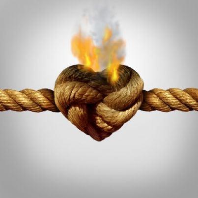 corda spezzata con cuore che brucia per divorzio