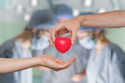medici e cuore in primo piano per donazione