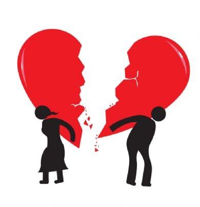 uomo e donna portano cuore spezzato come peso del divorzio