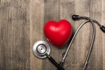 un cuore con uno stetoscopio su un tavolo