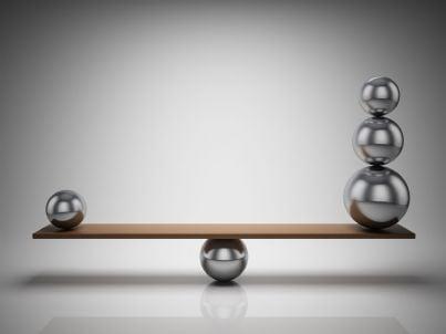 palle in equilibrio su una tavola