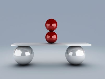 palle rosse su una tavola in equilibrio