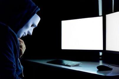 hacker davanti a computer nel dark web