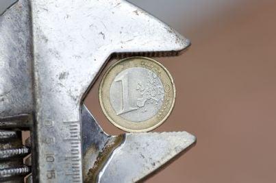 pinza stringe euro concetto di crisi