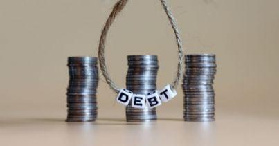 cappio con scritto debito e soldi sullo sfondo
