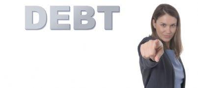 donna che indica debitore