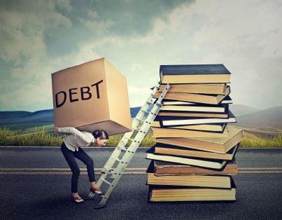 donna che mette su una scala una scatola di debiti