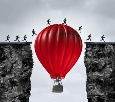 mongolfiera salva uomini tra montagne concetto salvezza debiti