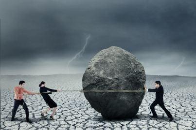 debitori lottano con corda per spostare pietra