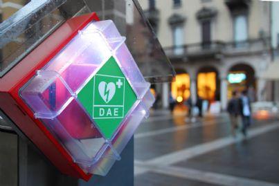 defibrillatore automatico in una strada italiana