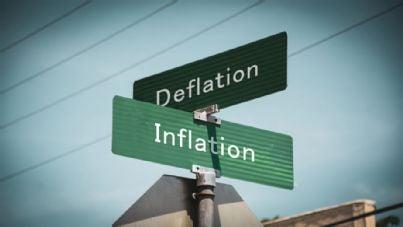 cartelli con parole deflazione e inflazione