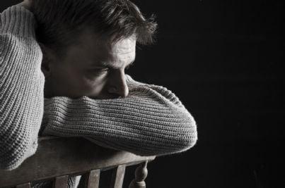 uomo triste e depresso