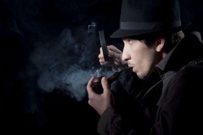 detective che osserva con la lente