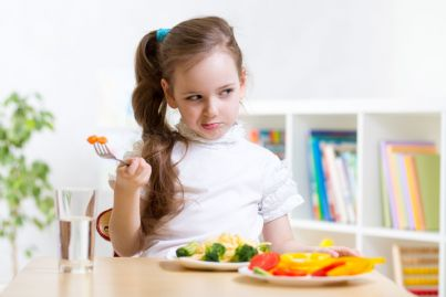 bambina che rifiuta la sua cena vegana