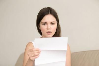 donna triste per lettera con brutte notizie