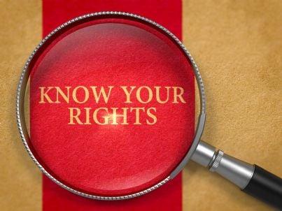 conosci i tuoi diritti con lente su sfondo rosso