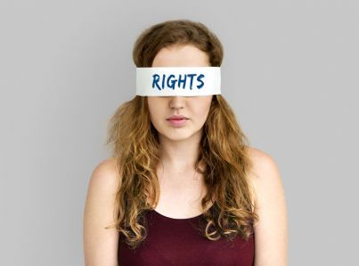 donna bendata con parola diritti