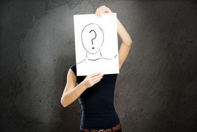 donna con cartello anonimo