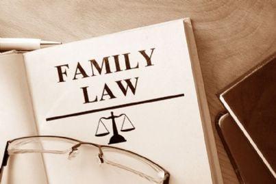 parole diritto di famiglia e occhiali