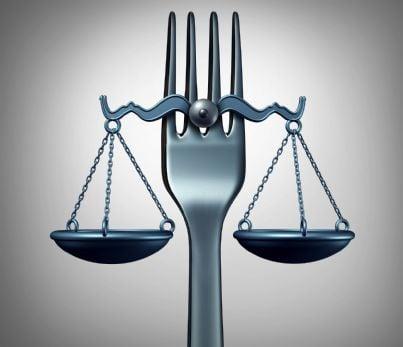forchetta e bilancia concetto diritto alimentare