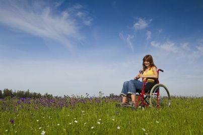 donna disabile felice su un prato