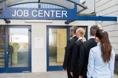 disoccupati in coda davanti a centro per impiego
