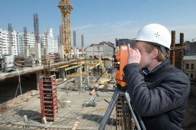 geometra che calcola distanze costruzioni edifici