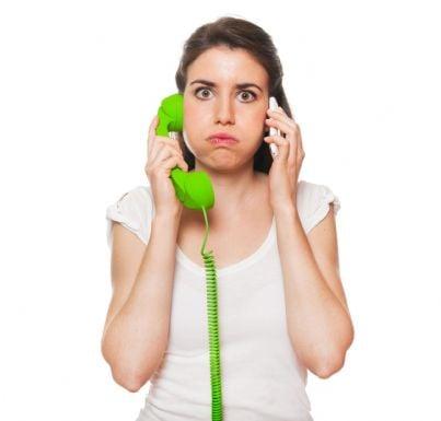 donna seccata che risponde al telefono concetto telemarketing